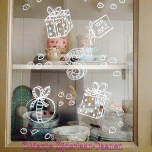 tekenen op de ramen met krijtbordstift
